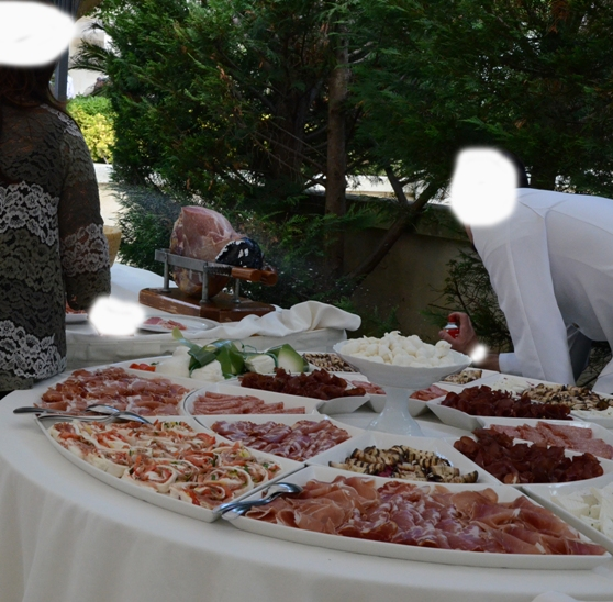 Puglia, cameriere spruzza spray anti-mosche sul cibo durante un ricevimento