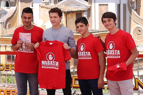 Spider man e tom holland al fianco dei ragazzi di mabasta for Man arreda ragazzi roma