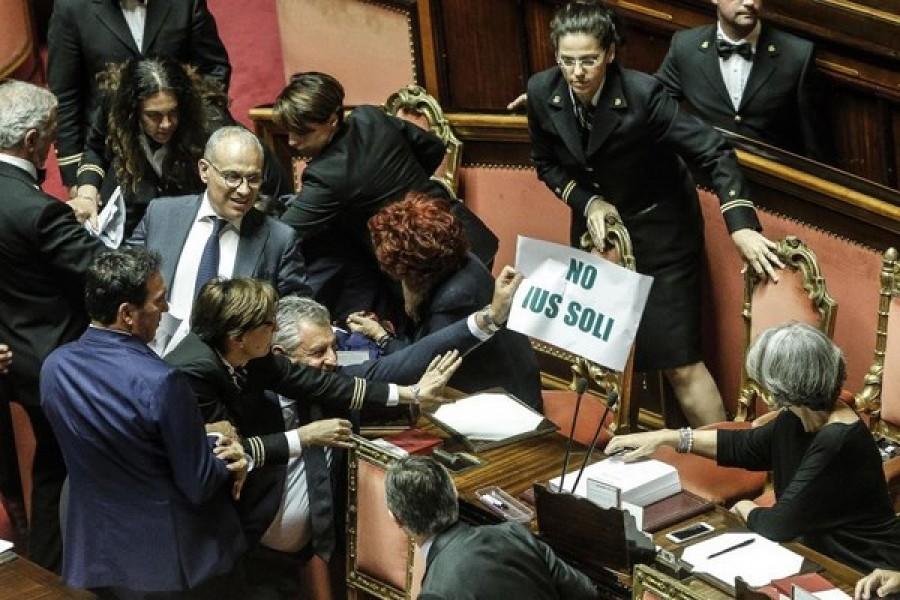 Lo ius soli arriva in aula al Senato, Lega scatena la bagarre