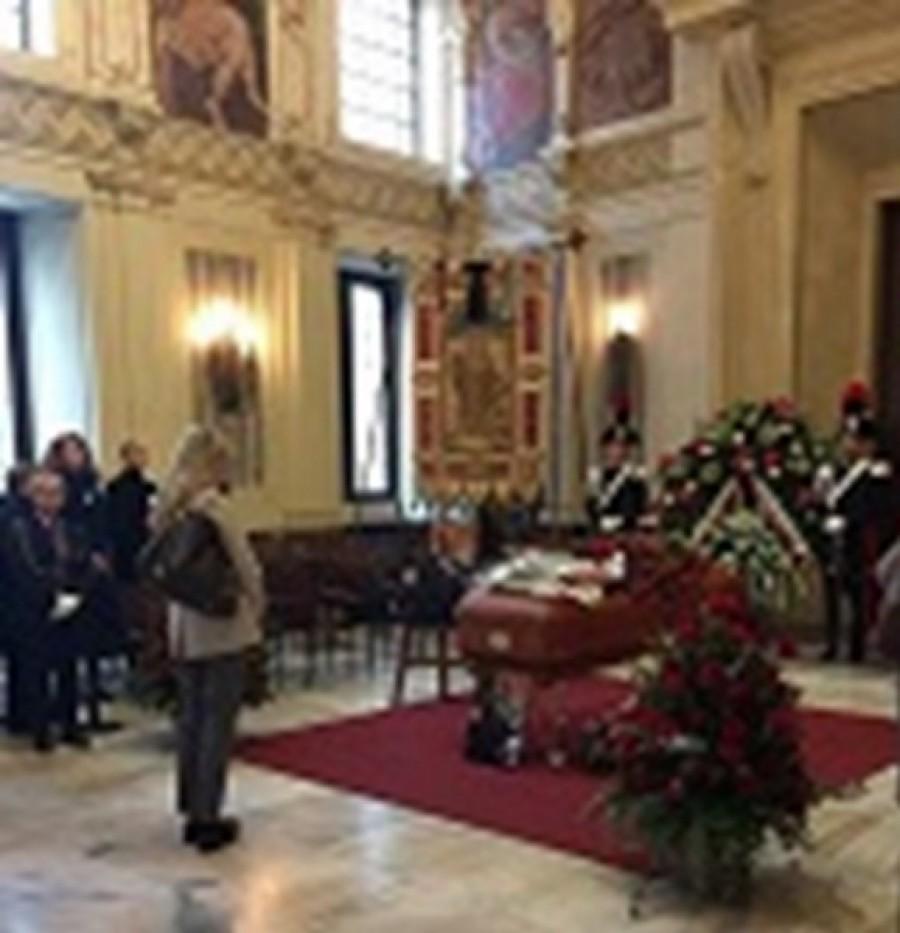 Milano in coda per l'ultimo saluto a Umberto Veronesi.