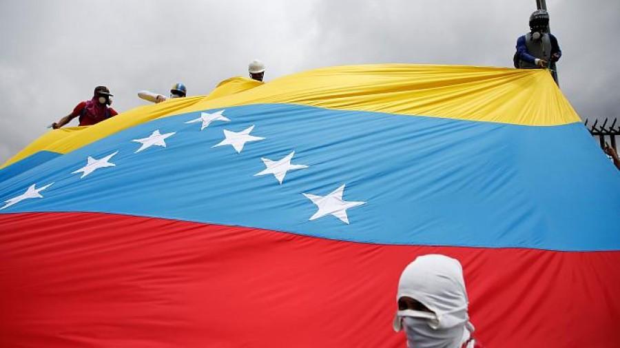 Venezuela nel caos. Elicottero Polizia sgancia granate su Corte Suprema