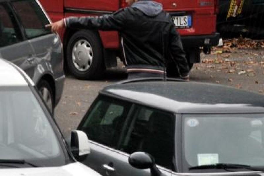 Non vuole pagare, parcheggiatore abusivo lo aggredisce con un coltello
