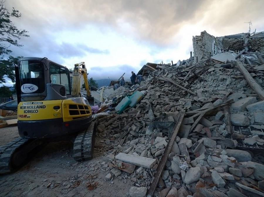 Amatrice, crollato l'hotel Roma: forse 70 persone sotto macerie