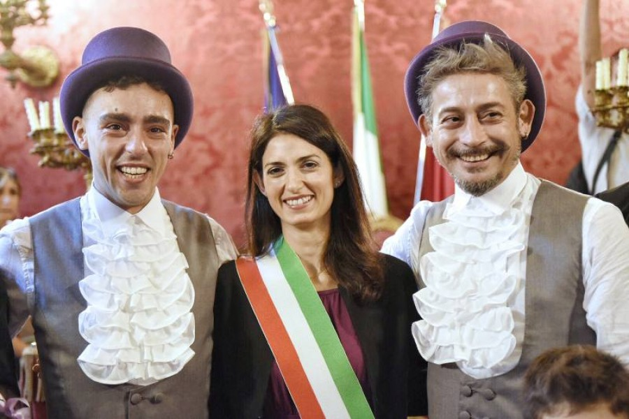 Unioni civili, Raggi celebra il primo matrimonio gay a Roma
