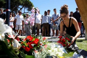 Around the world people pay tribute to victims of Nice attacks
