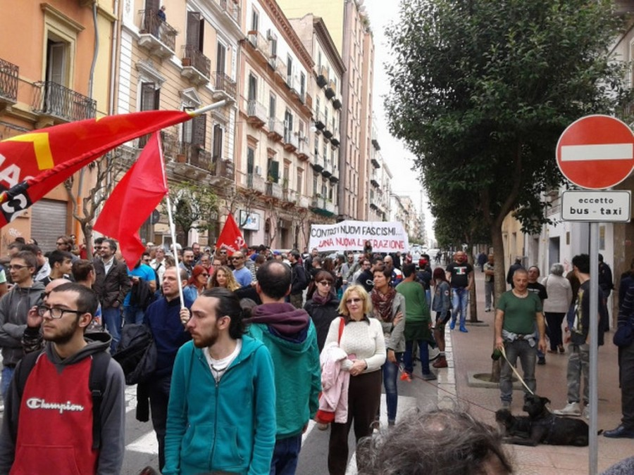 Renzi contestato a Taranto: assassino, Ilva ci uccide
