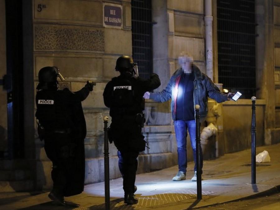 Dal mondo/Parigi, sparatoria sugli Champs Elysées. Isis rivendica