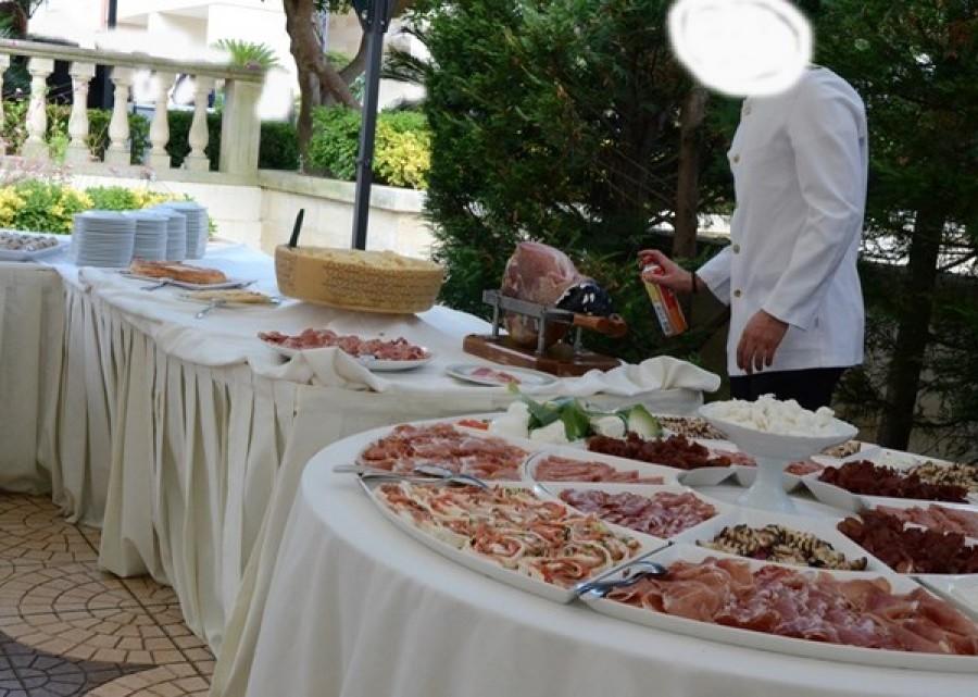 Otranto, cameriere spruzza insetticida su buffet del matrimonio FOTO